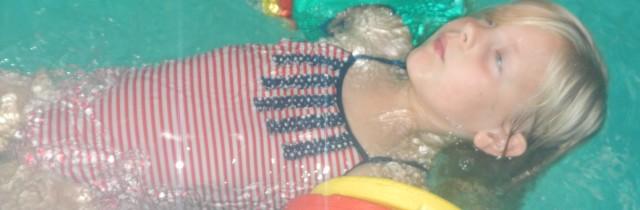 eerste zwemles van sophie , niels en lieke